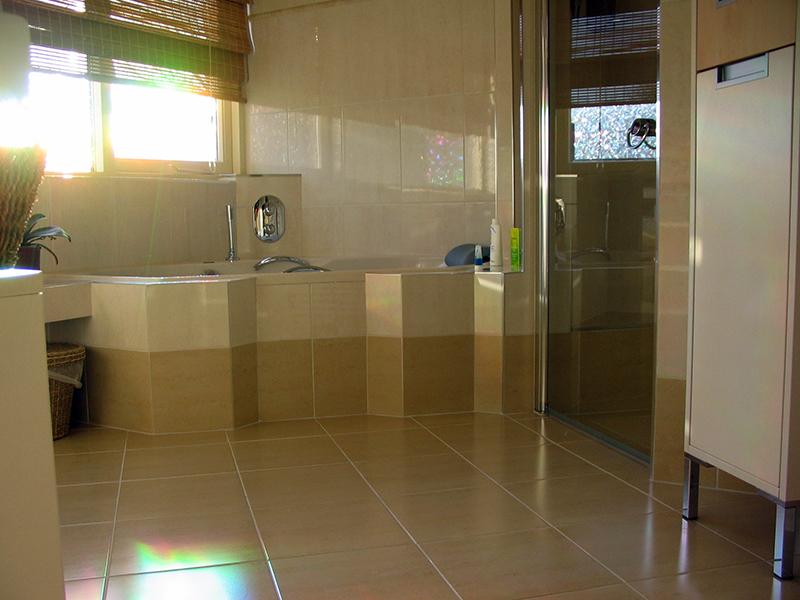 badkamer met bad en douche - Tegelzetbedrijf Alwin Reek - 072 5725200